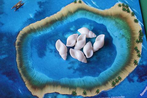 一番多く握った人だけが、貝をサンゴ礁のところに置く。貝をひとつも握らなかった人は、ここにある貝を全部もらえる。