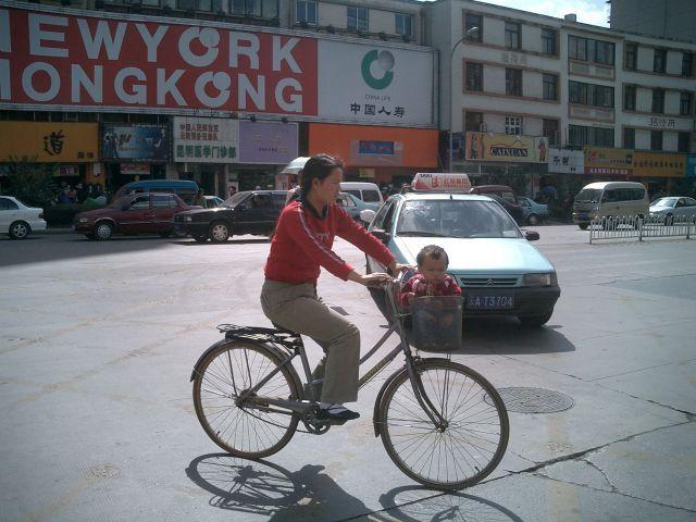 こんな自転車もこんなファッションのお母さんもこんな子供の運び方も今は見ないって!