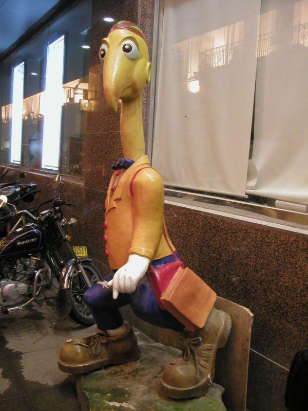 店の前になんだかわからないキャラクターがよくあった。