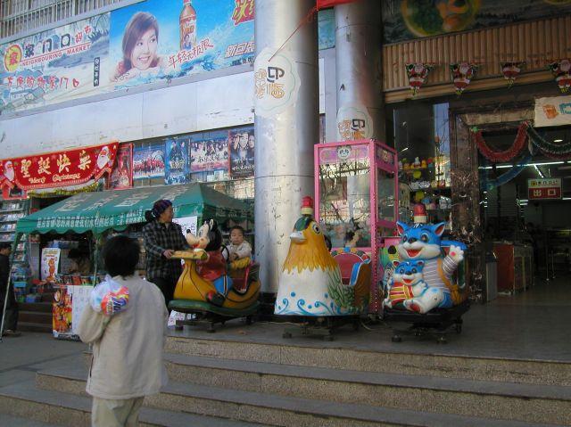 中国のムーバーは、歌を歌いながら弾の発射音が出て、動いているときはとにかくにぎやかなのだ。