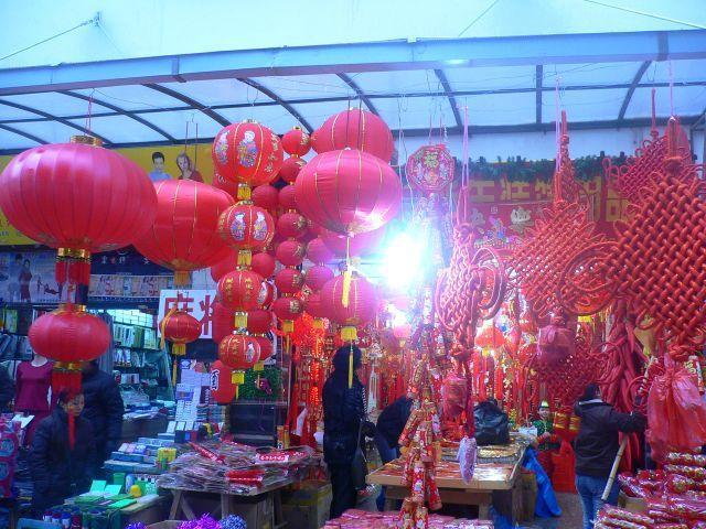 伝統的なモノを売る店は今も昔も変わらない。赤パンツとか赤い下着を売る店も健在。