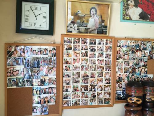 壁には、お客さんと撮ったたくさんの写真