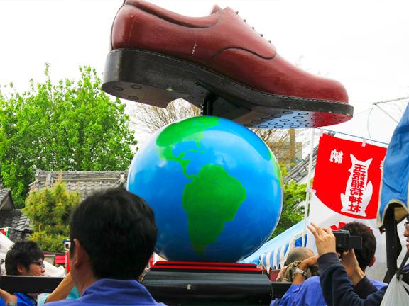地球の上に靴が!