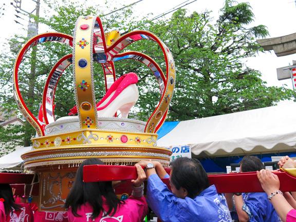 王冠の中にパンプスが!