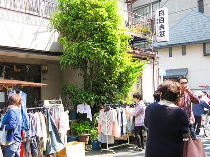 神社から少し離れた場所でもお店が出ていました。後ろには簡易宿泊所が見えます。