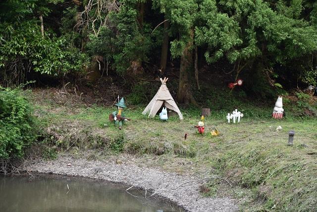 車窓をぼーっと眺めていると、池のほとりに「ムーミン谷」。森林に恵まれた沿線の風景を活かし、一帯をムーミンの郷としてアピールしているという。