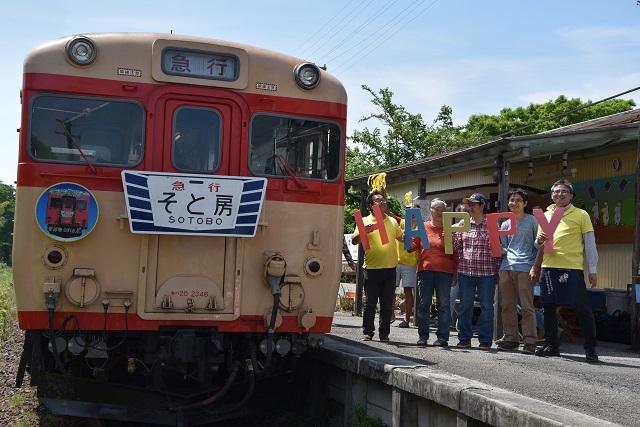 対向の電車の中では結婚式が行われていた。駅員と地元民も祝福