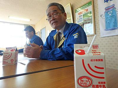 牛乳を飲みながら、佐渡乳業の土屋さんに伺いました。
