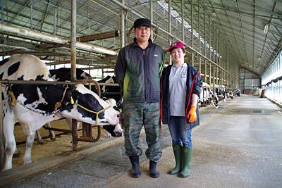 佐渡市南部の小木堂釜で酪農をしている金子さんご夫婦。
