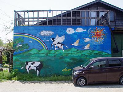 奥さんが描かれた壁画。牛のペガサスがトキと空を飛んでいるぞ。