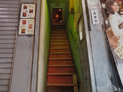 この階段の上に「下北沢」が待っている
