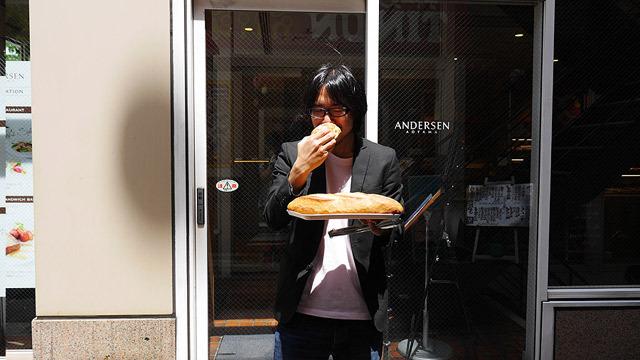 クリームパンを食べて、