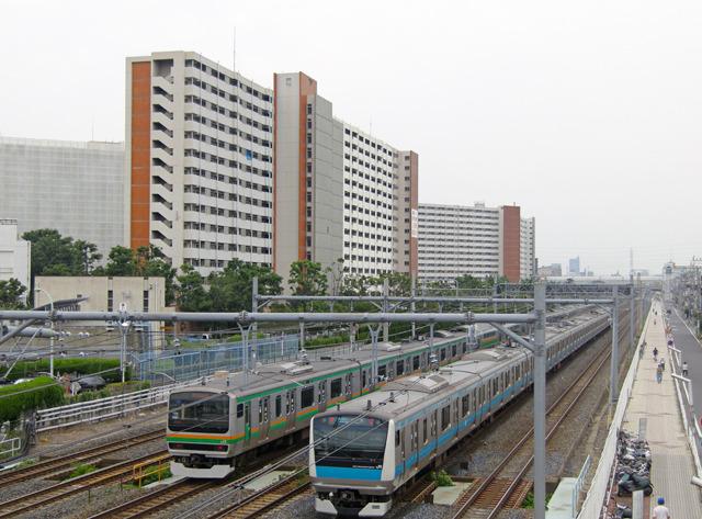 すぐ脇を走るJR京浜東北線・東北本線の音から背後の住宅街を守る、という。