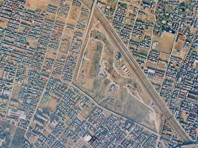 こちらは1975年の様子。団地建設中。まわりには住宅が建っているなか、この広い敷地はなんだったのかというと……(国土地理院「地図・空中写真閲覧サービス」より・CKT7415・コース番号:C15/写真番号:29/撮影年月日:1975/01/11(昭50)に加筆)