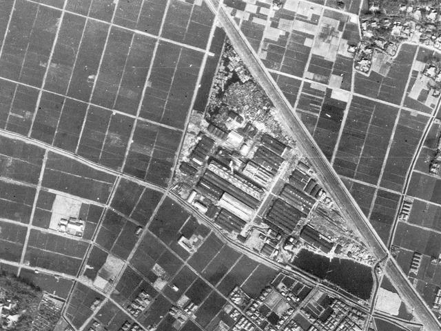 1947年の様子。なんと車両工場! (国土地理院「地図・空中写真閲覧サービス」より・コース番号:M46-A-7-3/写真番号:6/撮影年月日:1947/02/15(昭22)に加筆)