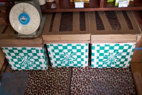 懐かしい木の茶箱。今は輸送コストの安いダンボールに