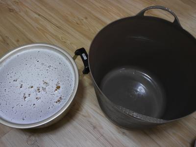 溶けきったゼラチン溶液と型(ホームセンターで500円)