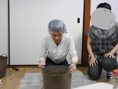 不安と緊張で顔がこわばる。隣にいるサポートの母(東京旅行中)も、心なしかすぐ駆けつける家来のような座り方になっている。
