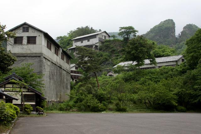 鉱石を処理する工場群。右背後は江戸時代の露頭掘り跡である「道遊の割戸」