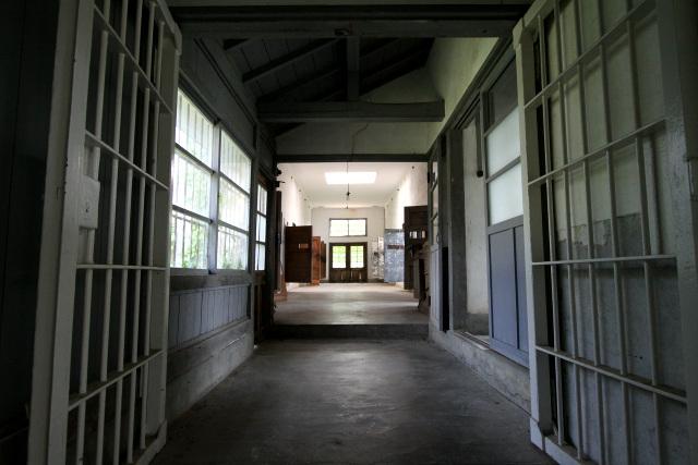 鉄格子の奥には監房が並ぶ