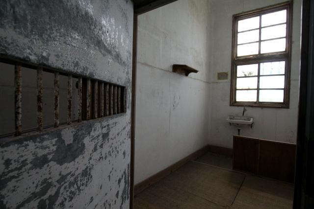 うーん、いかにもといった独房だ。鉄扉や窓枠も雰囲気出てる