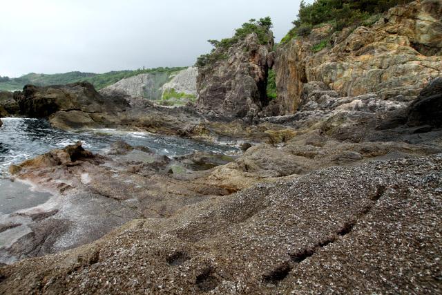 人為的にえぐられた箇所が多い吹上海岸の岩場