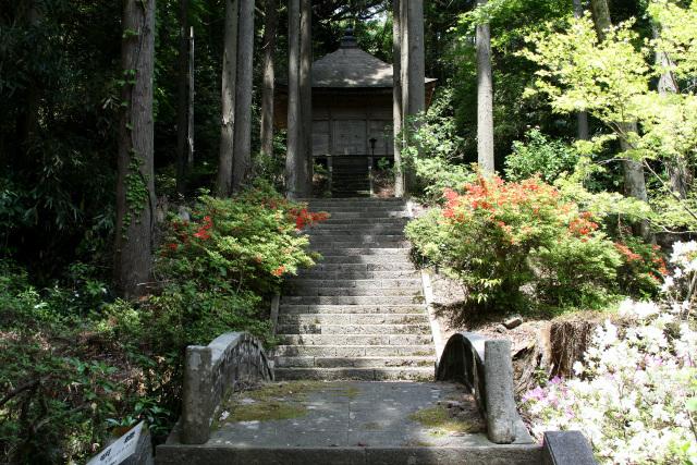 建物のみならず、石段や周囲の雰囲気も素晴らしい弘法堂
