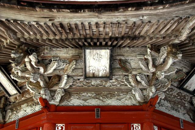 大胆な意匠の彫刻は、江戸時代の特徴だ