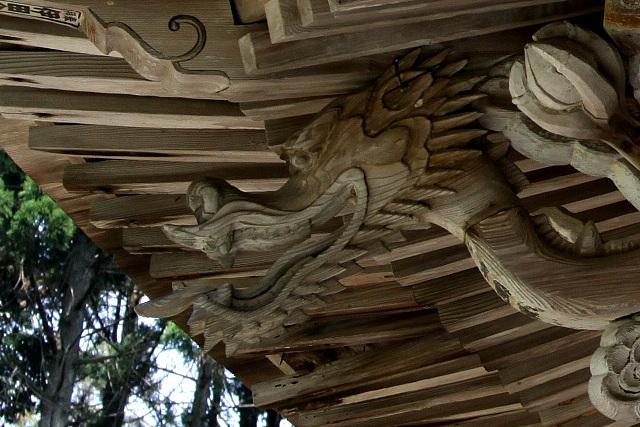 妙に見下されている感のある、ニヤケ顔の龍である
