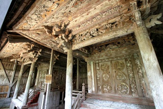 その内部には、みっちりと彫刻が施された社殿が二棟