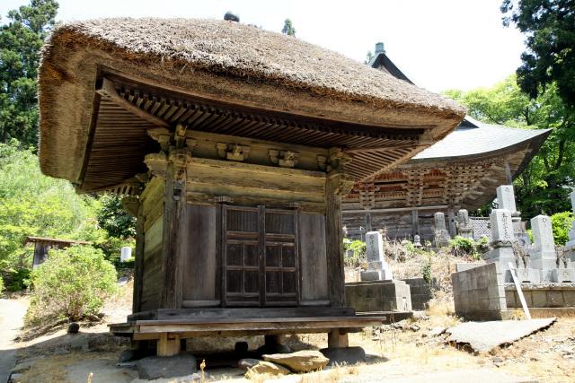 墓地にある「骨堂」は室町時代前期のもので、新潟県最古の建造物!