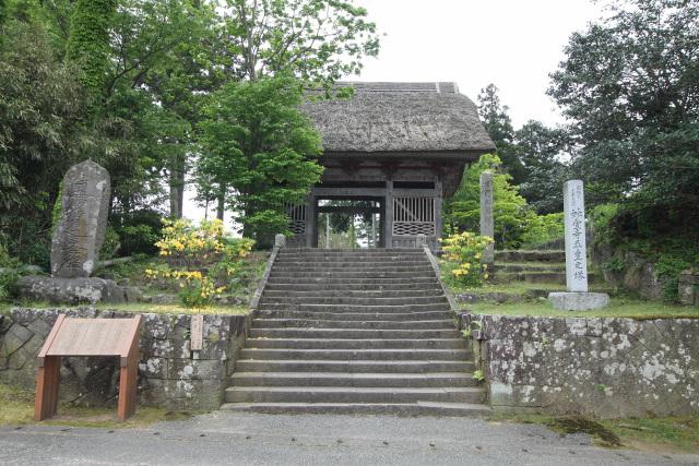 茅葺屋根の仁王門が建つ妙宣寺