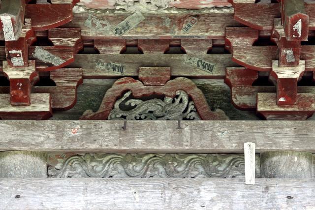 蟇股(かえるまた)にも龍の意匠が。これは東面だし、東を司る青龍ってことかな
