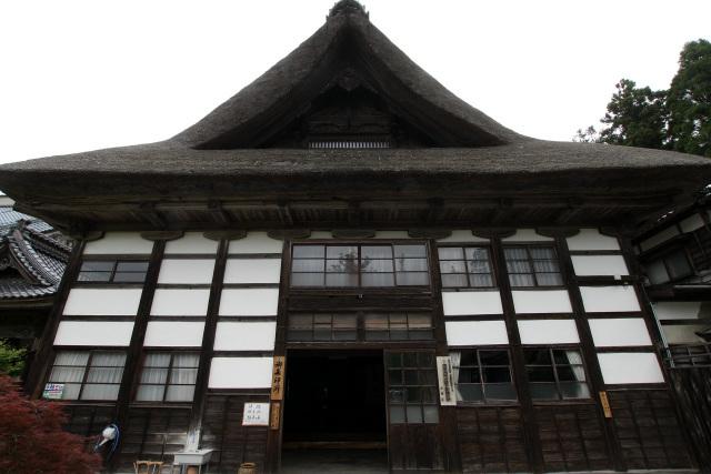 巨大な屋根、幾重にも交差する柱と梁――圧倒的な存在感だ