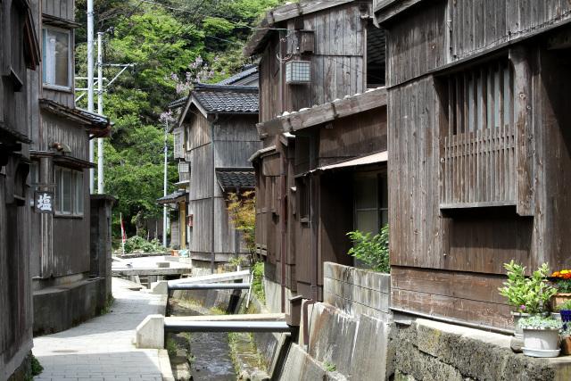 船の古材を利用した板張りの家屋が連なる