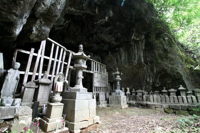 数々の石碑や石仏に囲まれた洞窟が姿を現した
