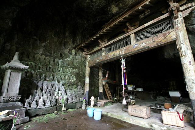 雛壇状にずらりと並ぶ石仏、奥の見えない暗がりの洞窟、そして……