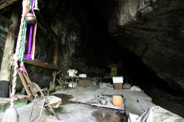 洞窟の奥には囲炉裏があり、ゴザ的なものも用意されている