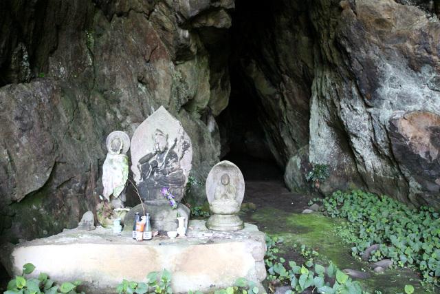 入口には石仏が奉られており、その奥には――