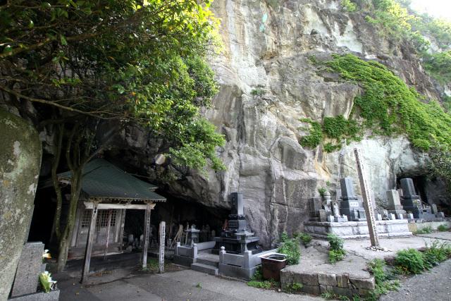 もう一つの洞窟は、かつて弾誓(だんせい)という僧侶が籠っていたそうだ