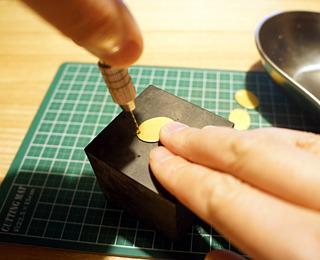 ピンバイスで穴あけ。紙なのでよじれやすいんだな。
