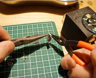 ペンチとヤットコで丸カン金具を付けて、パーツをつなぐ。