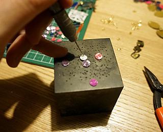 穴あけパンチで作ったパーツに、2個ずつ更に小さい穴あけという過酷な修行。