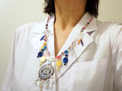 薬にちなんで白衣で装着してみたが、似合わないこと甚だしい。