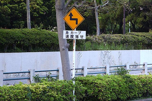 標識の場合はアローヘッドの折り返しがするどい。