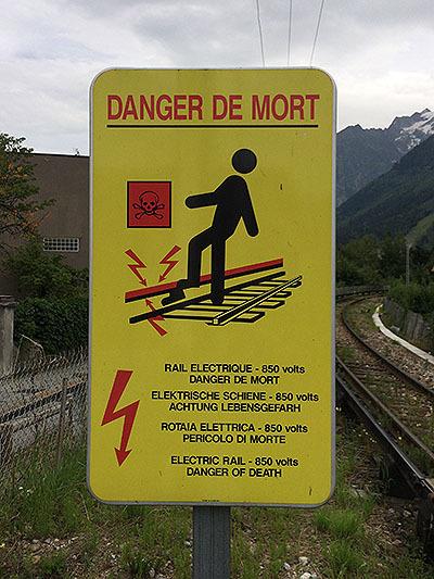 レールには850ボルトの電気が流れていて、死の危険があるって書いてある。超こえぇ。
