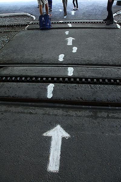 足跡と矢印の組み合わせ。輪郭のかすれ具合が良い。