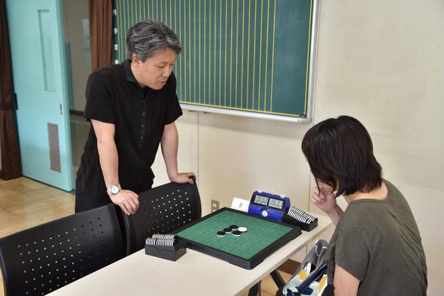 大会ルールを教えてくれた谷田さん。なんと元世界王者だ! 彼も参戦するという。