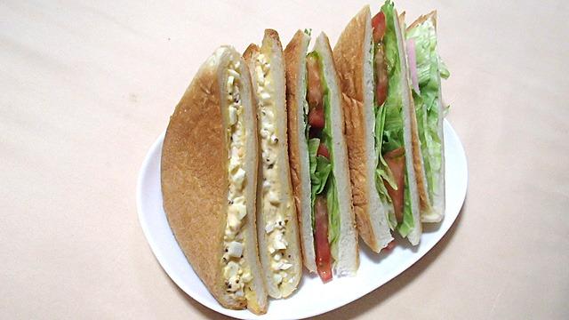 パンの耳ではさんだサンドイッチ。予想以上のうまさ。
