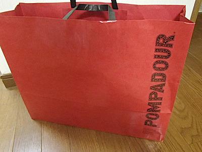 1本まるごと購入したらこんな大きな紙袋に入れてもらえた。一度にこれだけの量のパンを買う人が結構いるということか。